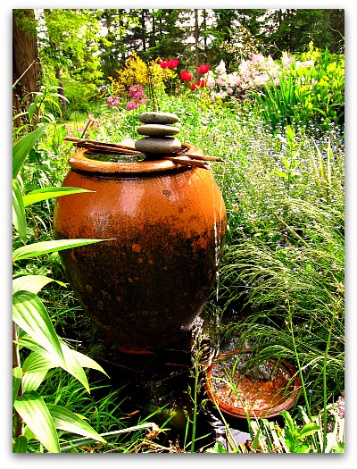 10 diy water fountain for your garden the self for Making a water garden