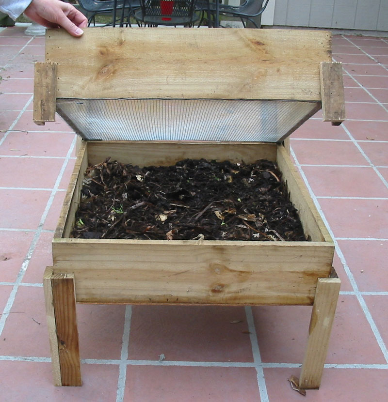 Wooden worm composter
