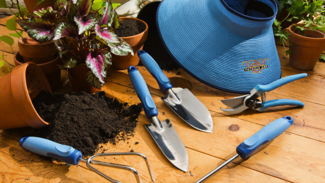 10 crucial gardening tools you must have for your garden for Gardening tools beginners