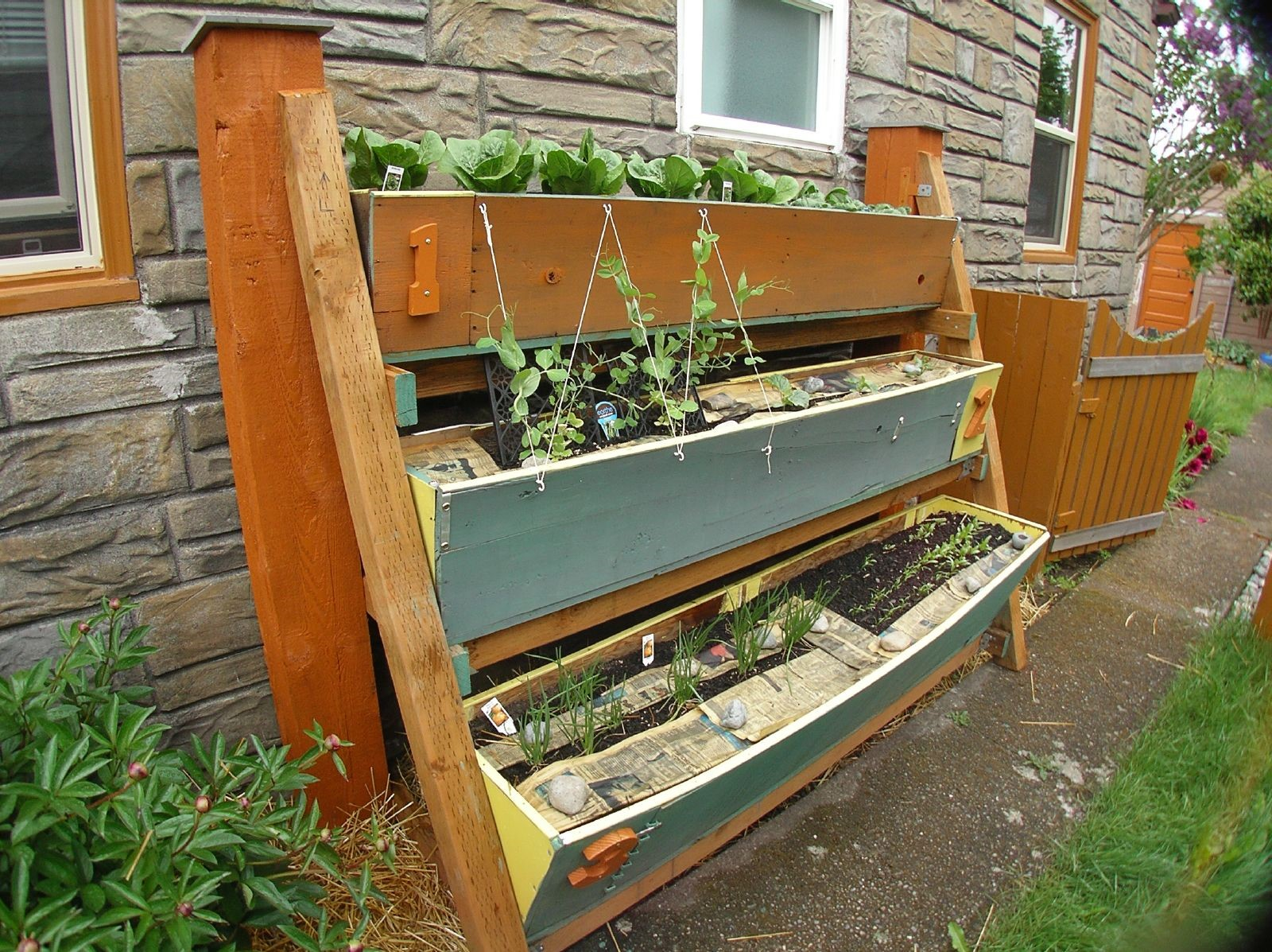 Small space gardening 20 clever ideas to grow in a for Planting plans for small gardens
