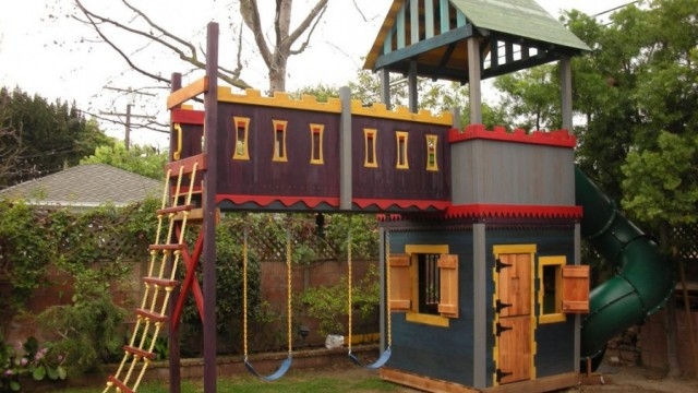 16 diy playhouses your kids will love to play in the for Homemade playhouse ideas
