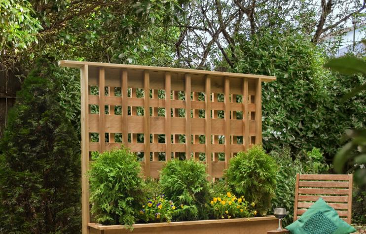 17 diy privacy screen projects for your patio or backyard for Privacy planters for decks